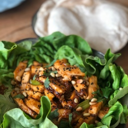 Sweet & spicy Tofu im Salatmantel